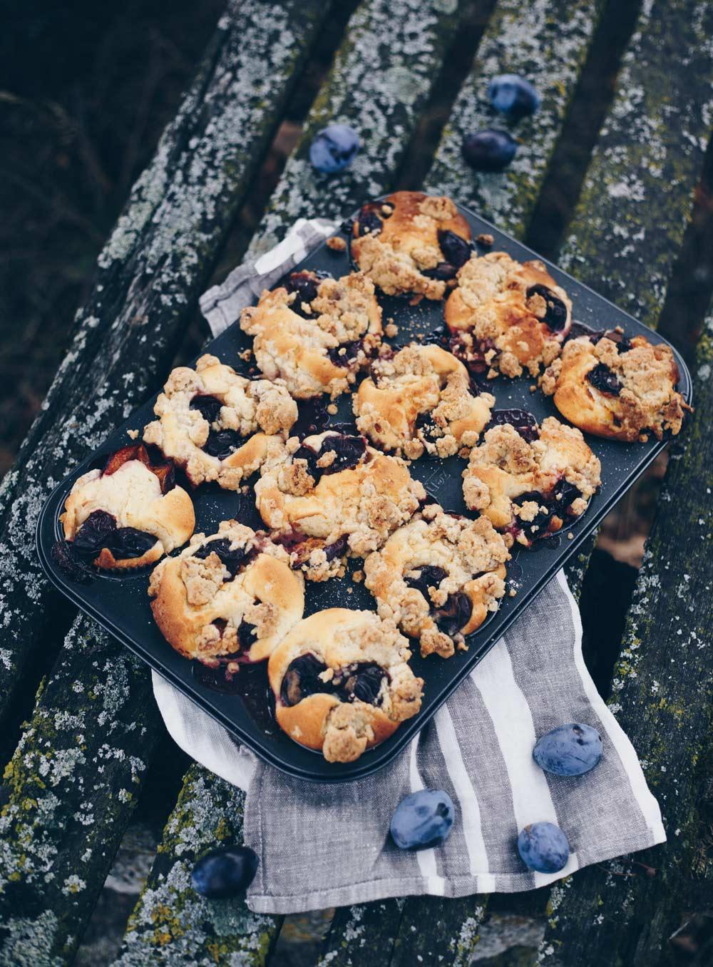 Pflaumenmuffins mit Walnussstreuseln - einfaches Rezept für den Herbst mit Frischkäse Teig