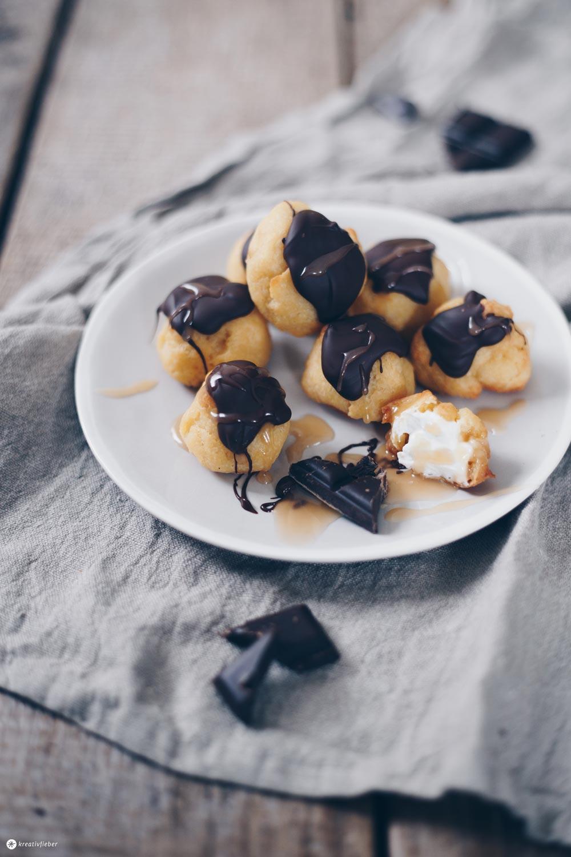 Windbeutel mit Karamellcreme und Schokolade