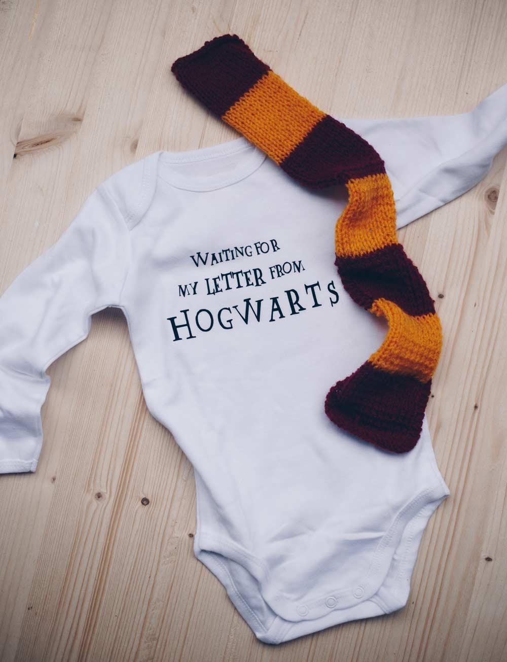 DIY Harry Potter Babybody selbermachen und Gryffindorschal stricken - Geschenkidee für Potterheads