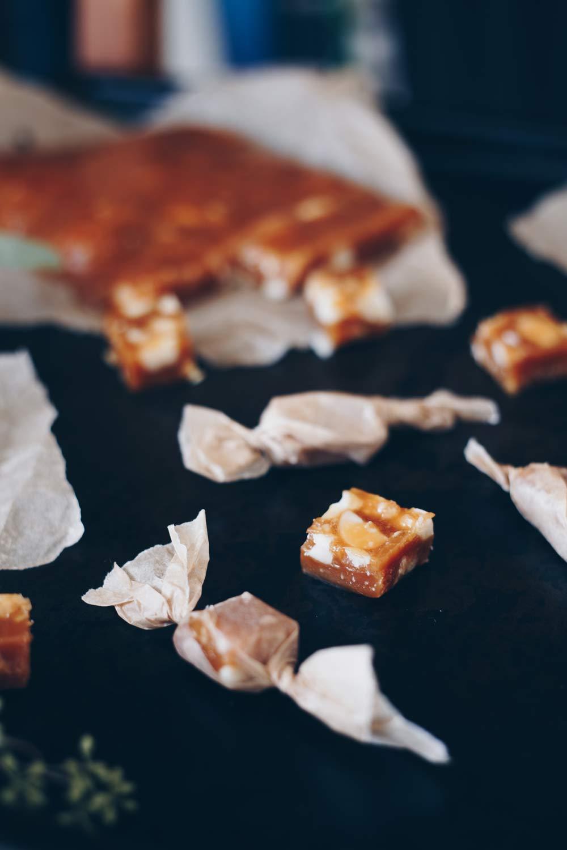 Honigtoffees mit gesalzenen Macadamias - Geschenke aus der Küche selbermachen - DIY Geschenkidee