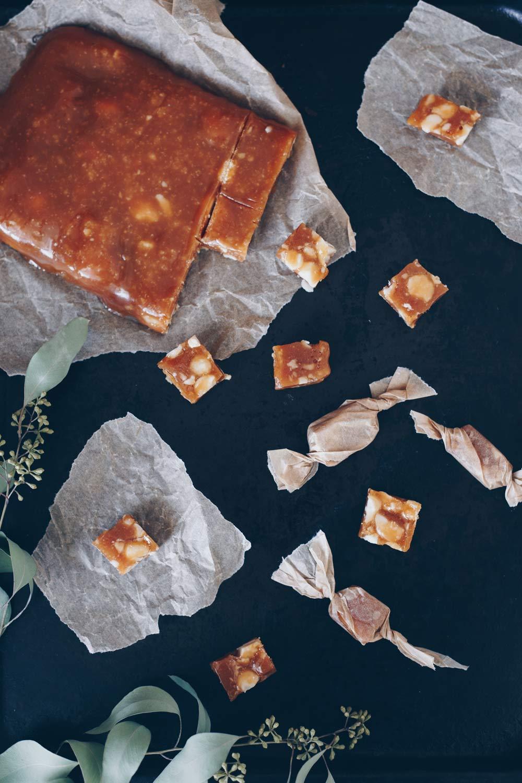 Honigtoffees mit gesalzenen Macadamias - Geschenke aus der Küche selbermachen - DIY Geschenkidee zu Weihnachten