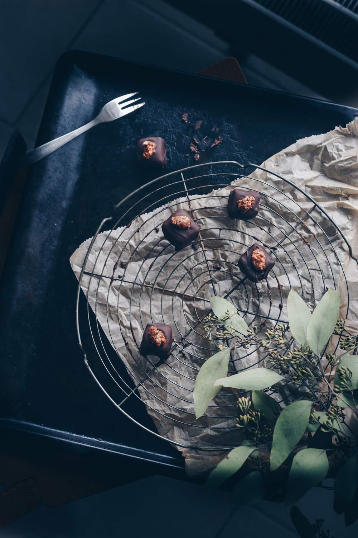 Nougatpralinen mit gebrannten Mandeln selbermachen - DIY Geschenkideen aus der Küche