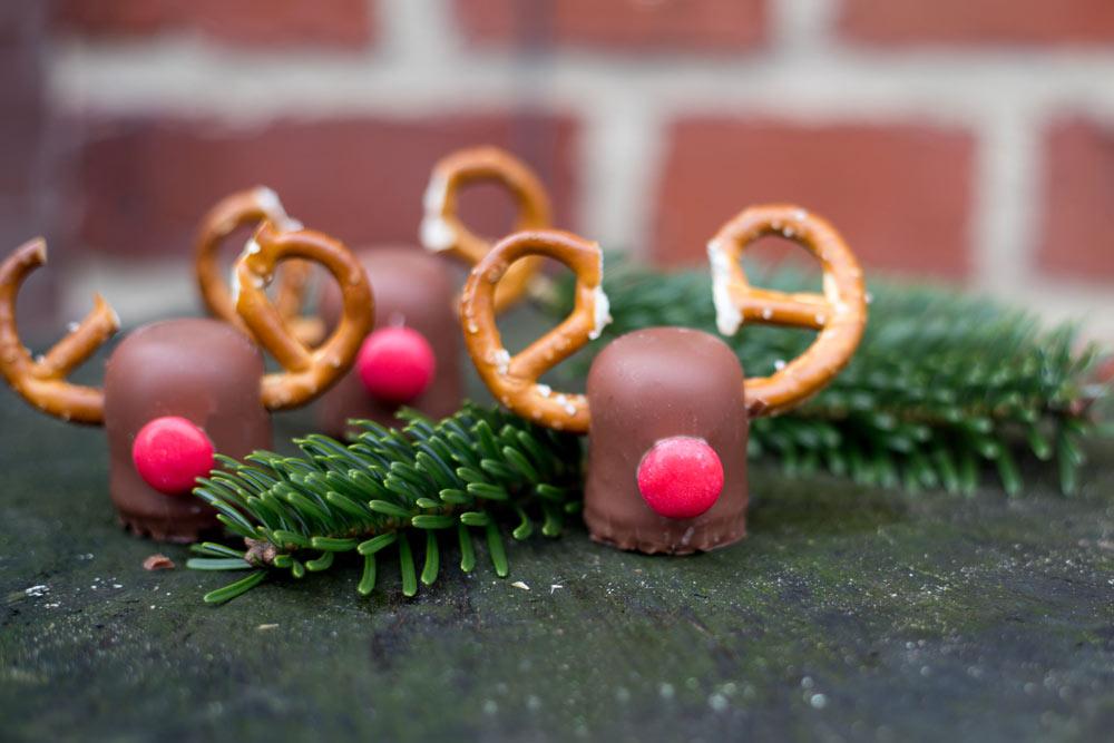 Rudolf Rentiere aus Schokoküssen - DIY Tischdeko für Weihnachten - süße Dekoidee zum Essen