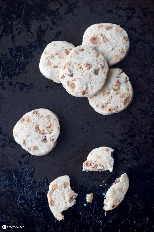 Haselnusstaler backen - Weihnachtsbäckerei - einfaches Plätzchenrezept von der Rolle