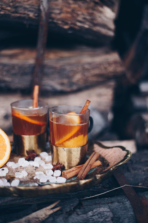 Heißer Ingwer-Kombucha-Punsch mit Kandis und Orangen - Rezeptidee für alkoholfreien Punsch