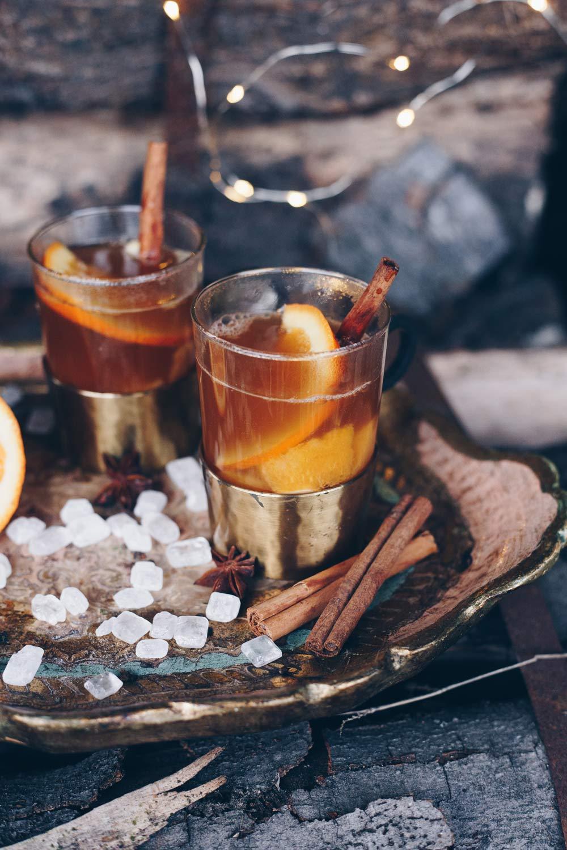 Heißer Ingwer-Kombucha-Punsch mit Kandis und Orangen
