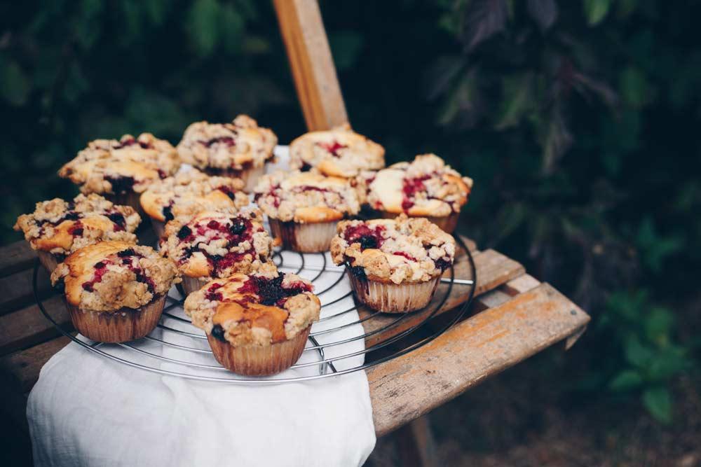 Muffins mit Waldbeeren und Walnussstreuseln backen - Rezept mit Beeren - Muffinrezept