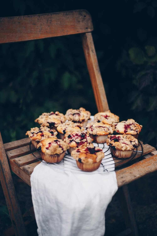 Muffins mit Waldbeeren und Walnussstreuseln backen - Rezept mit Beeren