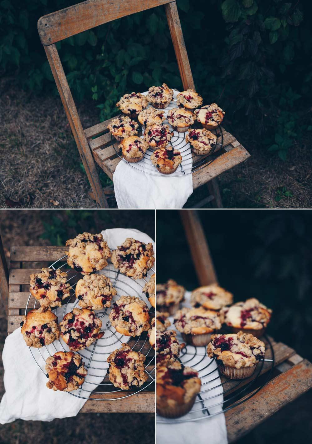 Muffins mit Waldbeeren und Walnussstreuseln backen - einfaches Grundrezept für einen Muffinteig mit Frischkäse