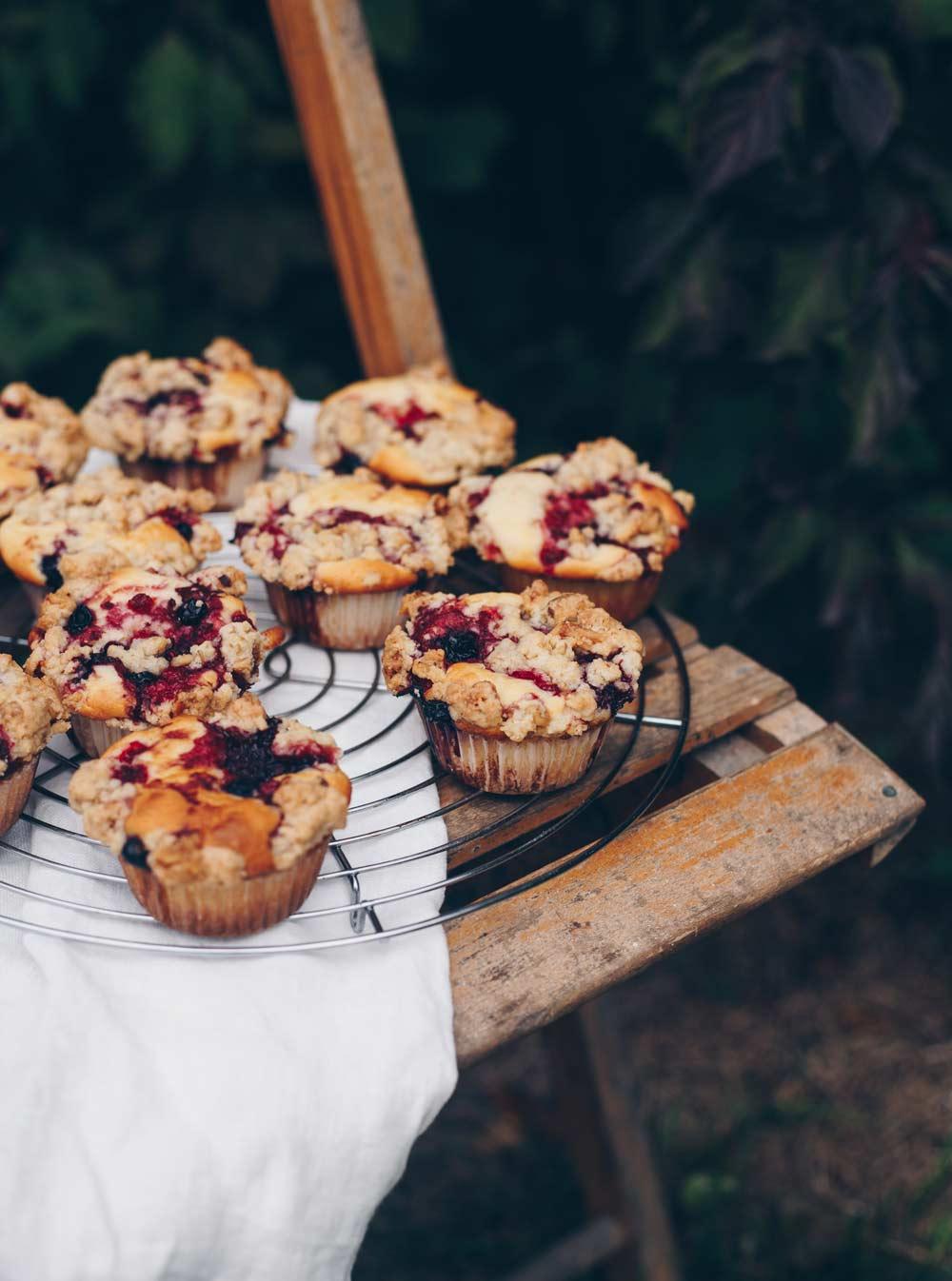 Muffins mit Waldbeeren und Walnussstreuseln - einfaches Basisrezept mit Frischkäse