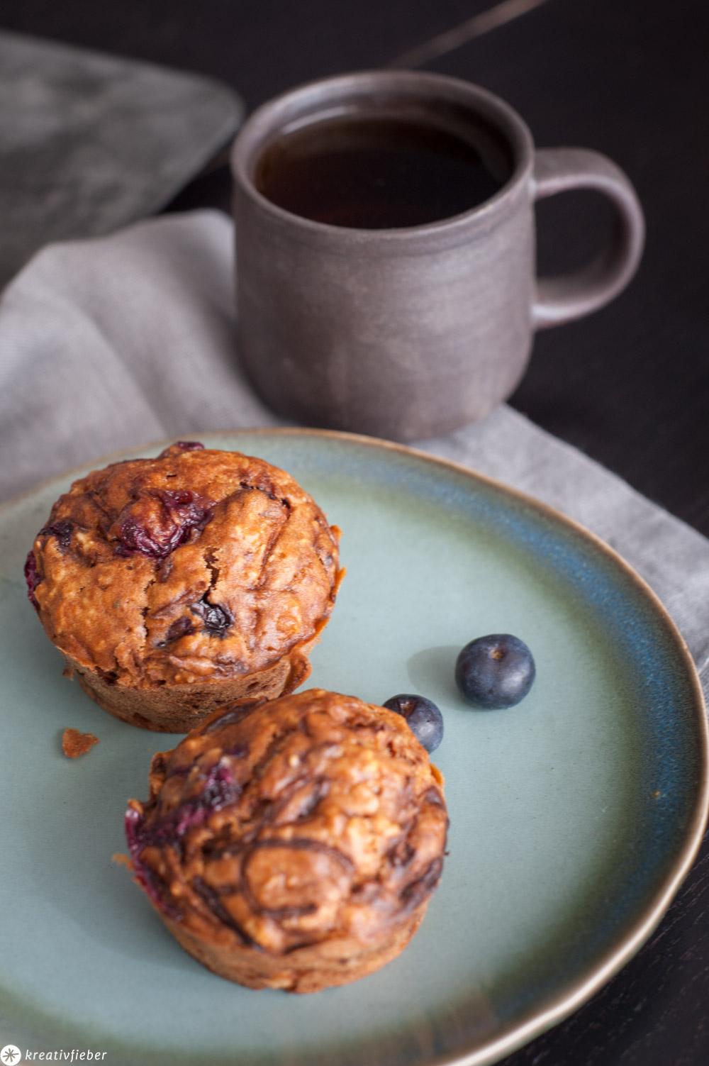 Haferflockenmuffins Blaubeeren auf Teller mit Tee