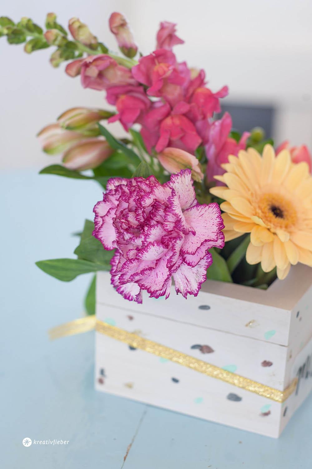 Blumendekorationin Holzkiste