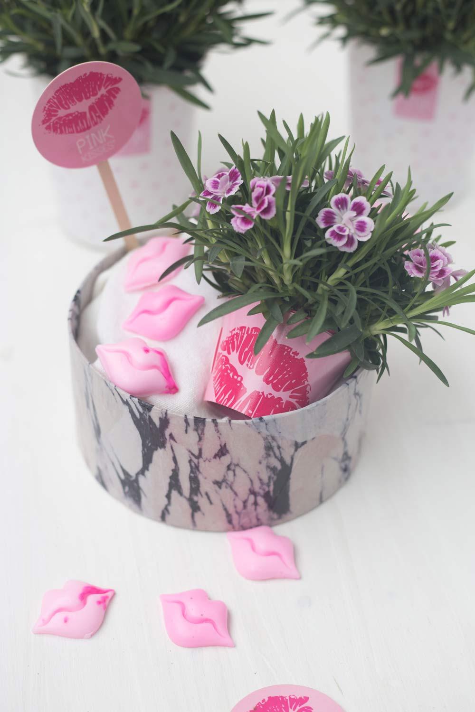 DIY Geschenkkorb für die beste Freundin im Marmorlook mit Pink Kisses Mininelken und selbstgemachten rosa Seifen