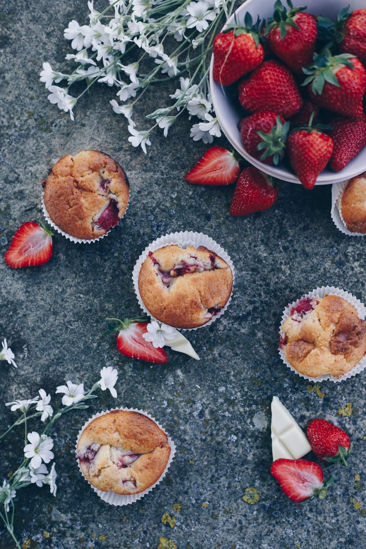 Picknick mit Erdbeermuffins mit weißer Schokolade