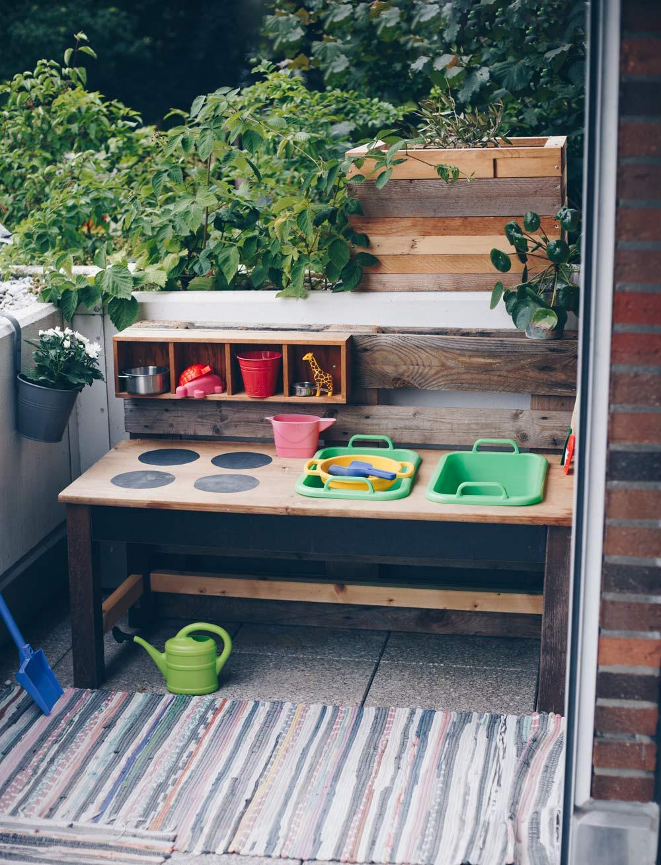 DIY Matschküche selber bauen - DIY für Kinder - Upcycling aus altem Tisch und Palette