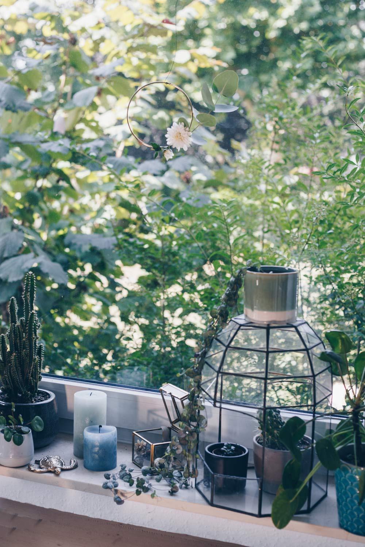 DIY Urban Jungle Fensterdeko Ideen mit Pileas und goldenen Akzenten