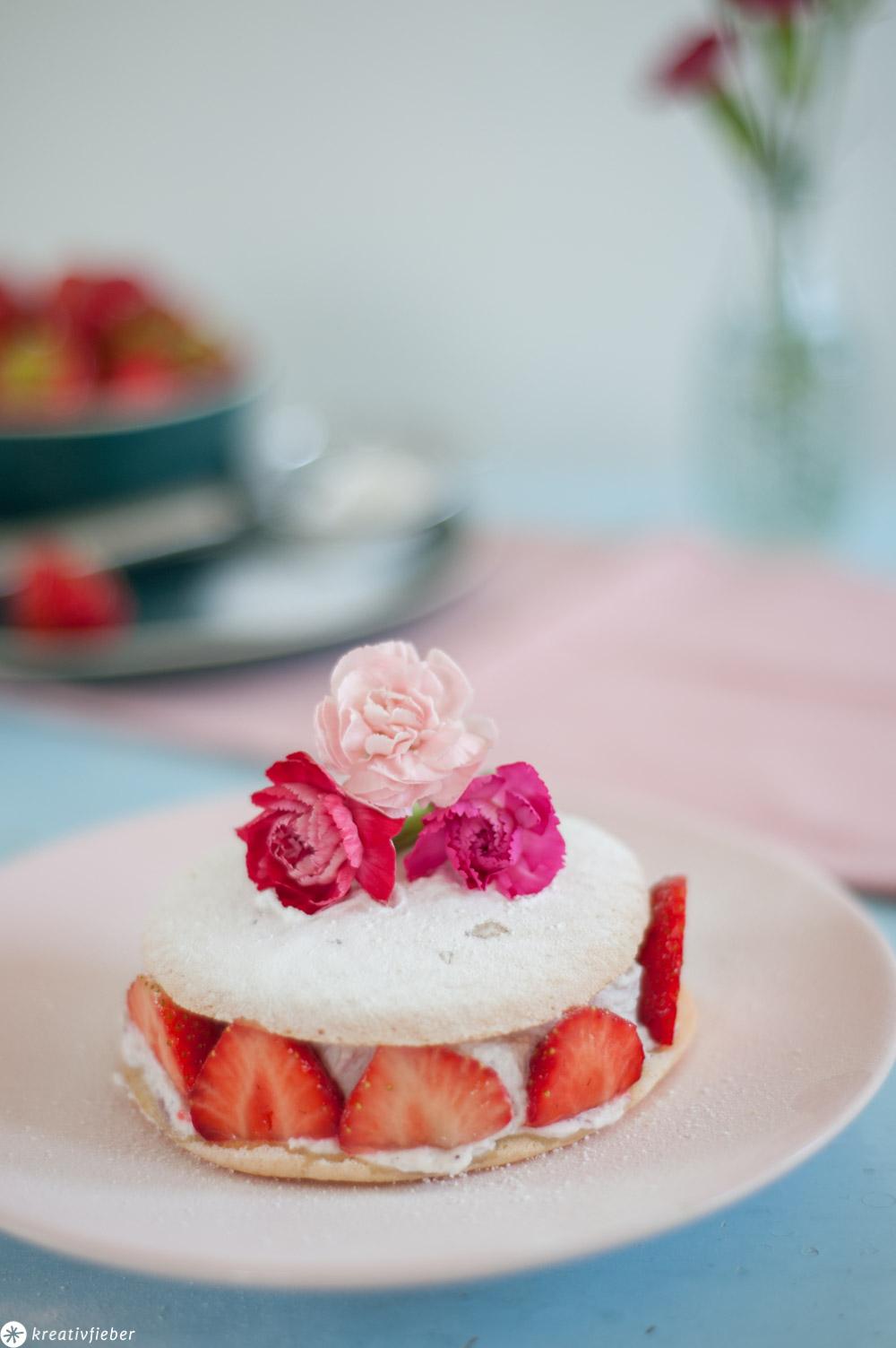 Eierkuchen Törtchen mit Erdbeeren und Blumen verziert