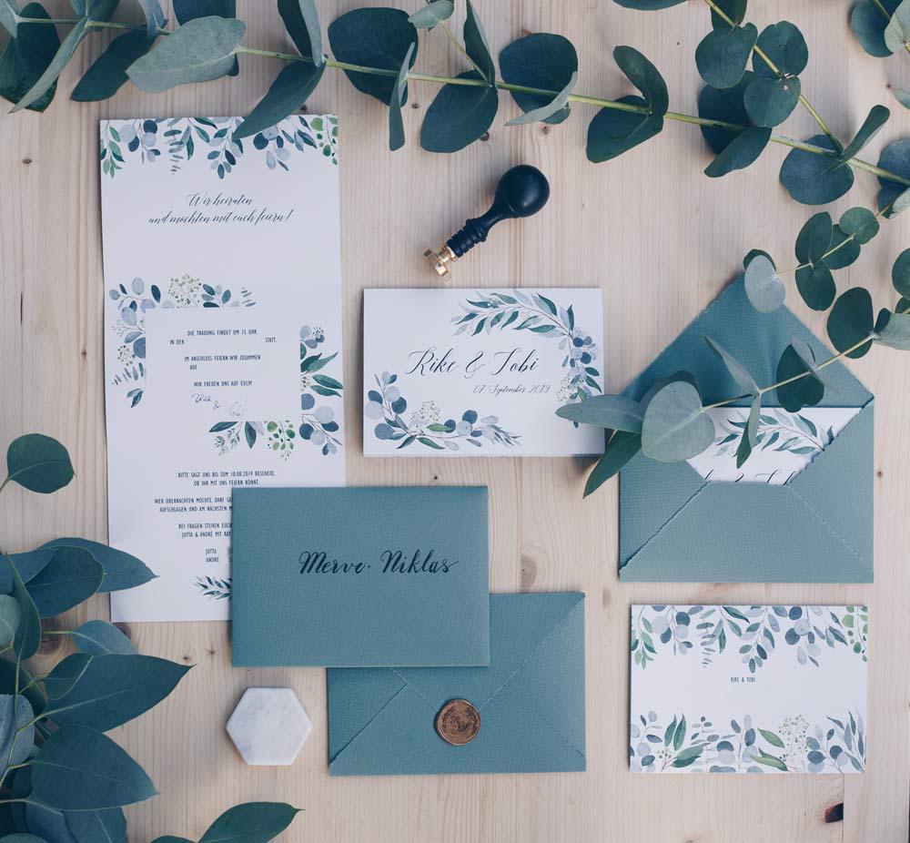 DIY Hochzeitseinladungen gestalten mit Eukalyptus und Wachssiegel