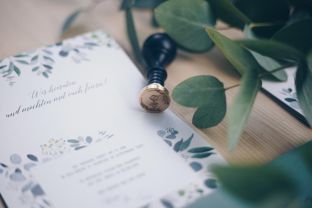 DIY Hochzeitseinladungen selbstgestalten mit Eukalyptus und Wachssiegel