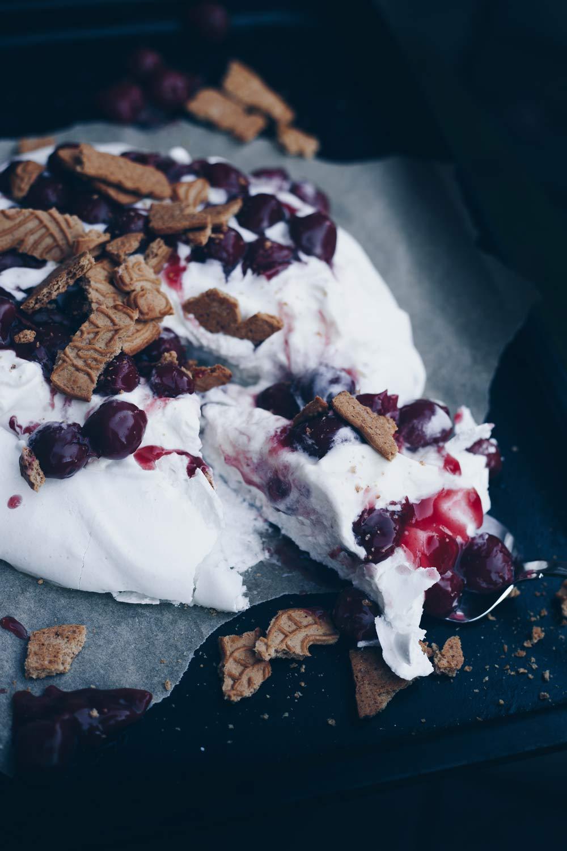 Pavlova mit Kirschkompott und Spekulatius - Winterliche Dessertidee - schnell selbstgemacht - süßer Nachtisch