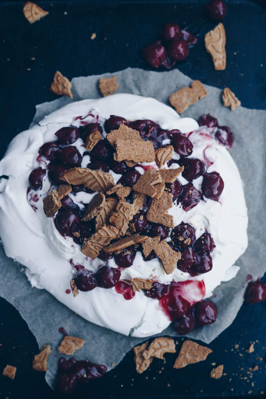 Pavlova mit Kirschkompott und Spekulatius - Winterliche Dessertidee - schnell selbstgemacht