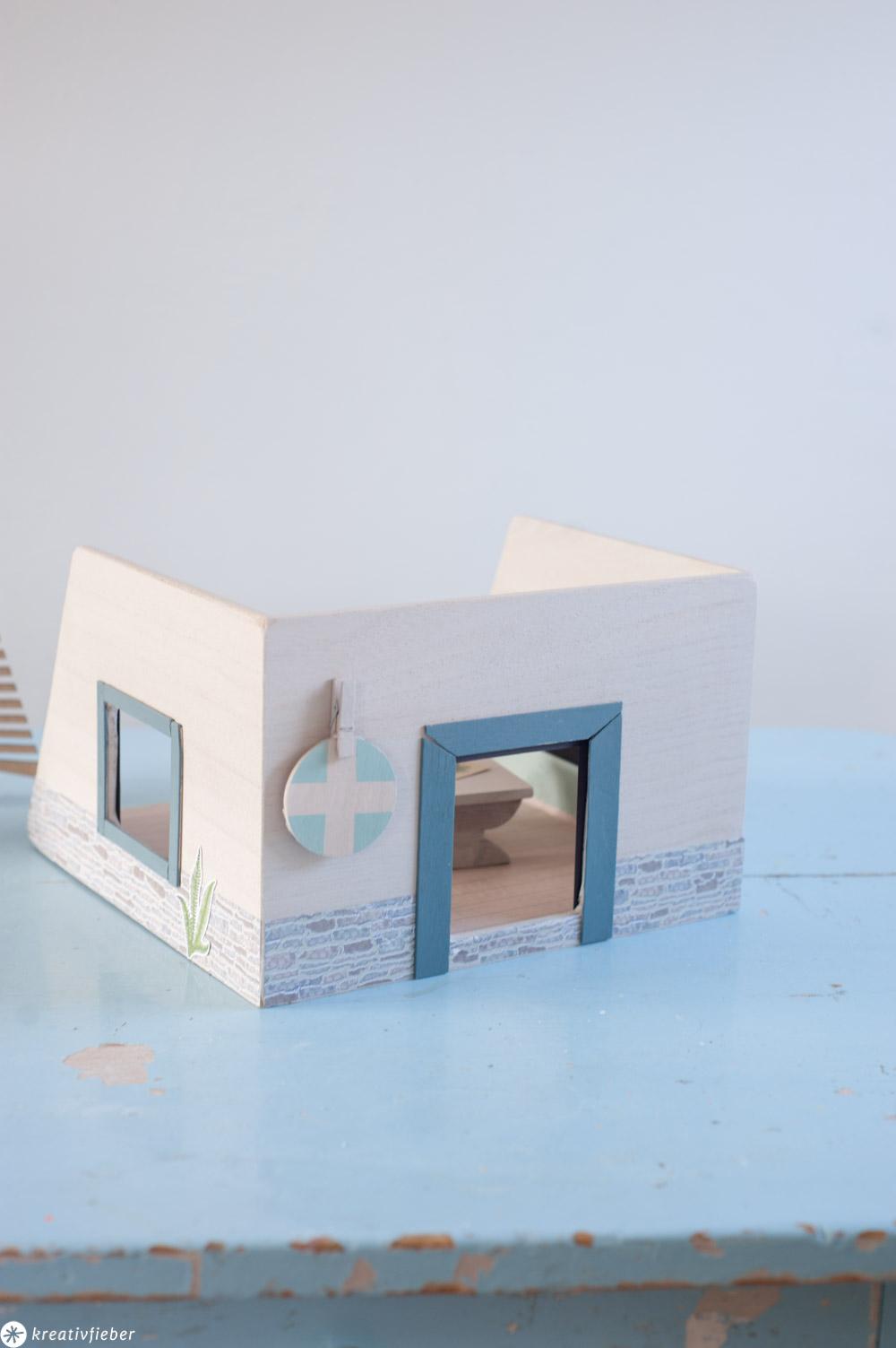 Upcyclingidee Holzkiste in Puppenhaus verwandeln