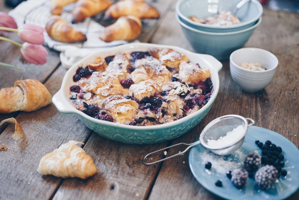 Croissant Auflauf mit Brombeeren und Blaubeeren selbermachen - Frühstück oder Brunch Rezept