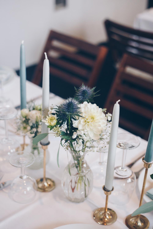 DIY Hochzeitsdeko in Grüntönen und Gold mit Dahlien und Disteln