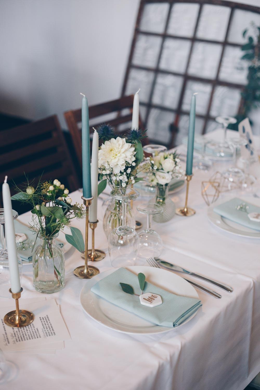 Hochzeitsdeko Inspiration DIY Scheunenhochzeit mit Eukalyptus und Gold und geometrischen Elementen