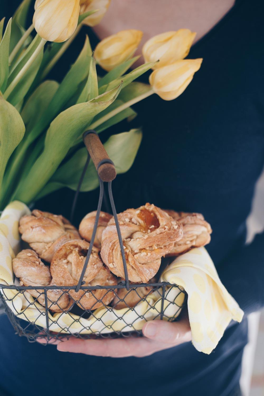 Zimtkringel mit Mandeln und Aprikosenmarmelade backen - leckere Rezeptidee für Ostern