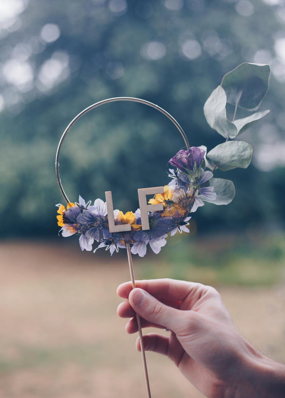 DIY Caketopper mit gepressten Blüten selbermachen
