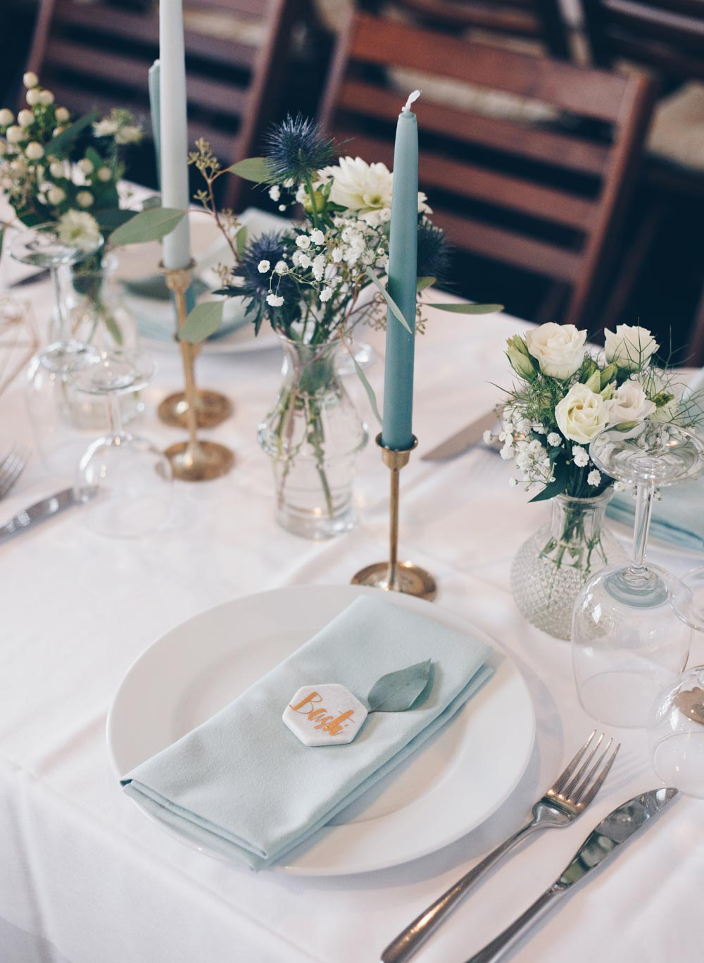 DIY Hexagon Tischkärtchen auf Marmorfliesen für Hochzeit selbermachen - moderne Hochzeitsdeko