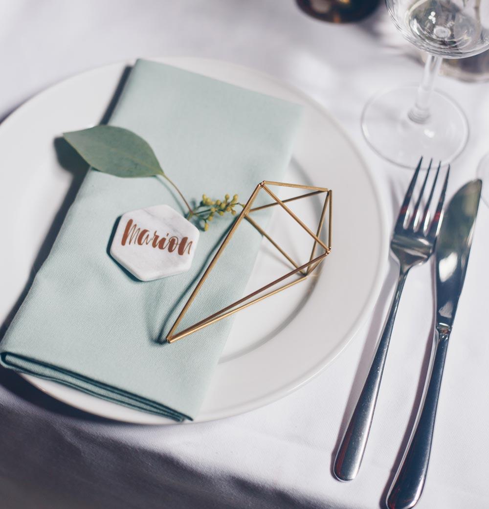 DIY Hexagon Tischkärtchen auf Marmorfliesen für Hochzeit selbermachen