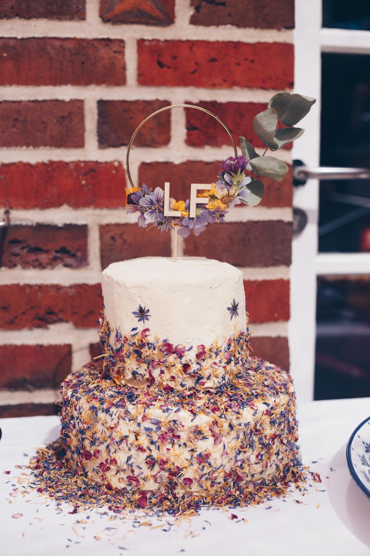 DIY Hochzeitstorte mit getrockneten Blüten selbermachen Schritt für Schritt Anleitung