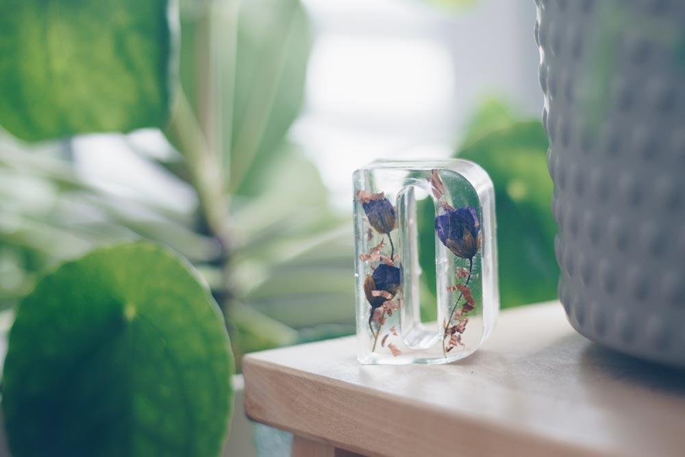 DIY Hochzeit-Buchstaben-Tischkärtchenhalter-mit-getrockneten-Blüten-aus-Epoxidharz-selbermachen