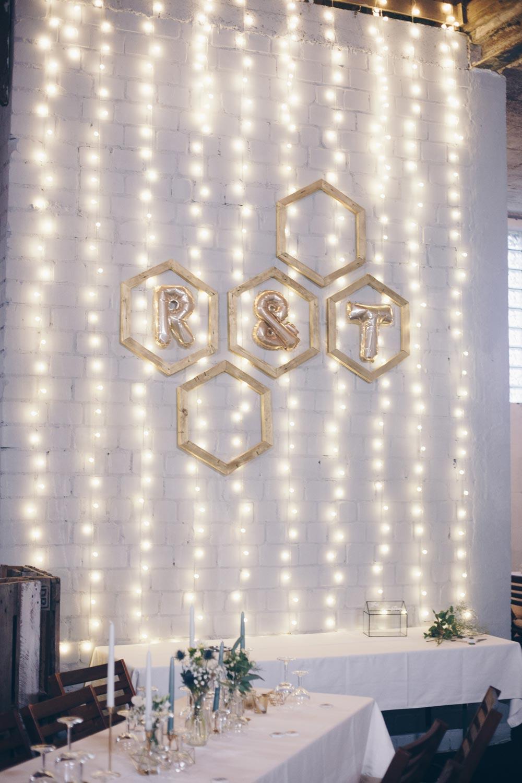 DIY Lichterwand mit Hexagon Holzrahmen - Wedding Backdrop selbermachen