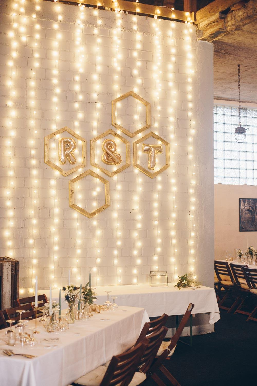 DIY Lichterwand mit Hexagon Holzrahmen für die DIY Hochzeit selbermachen - einfache Anleitung