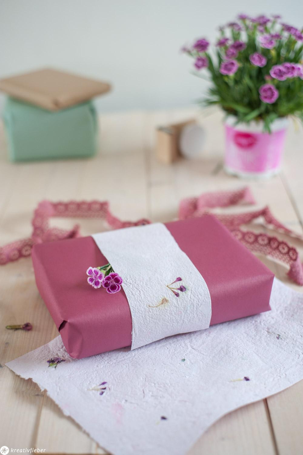 Papier schöpfen recyclen und färben mit Blüten