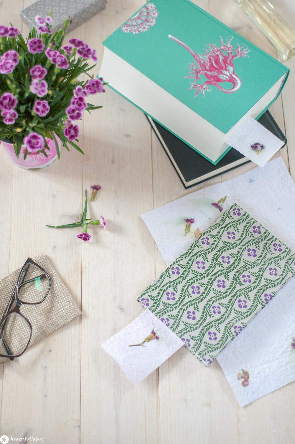 Papier schöpfen Lesezeichen mit Blüten herstellen