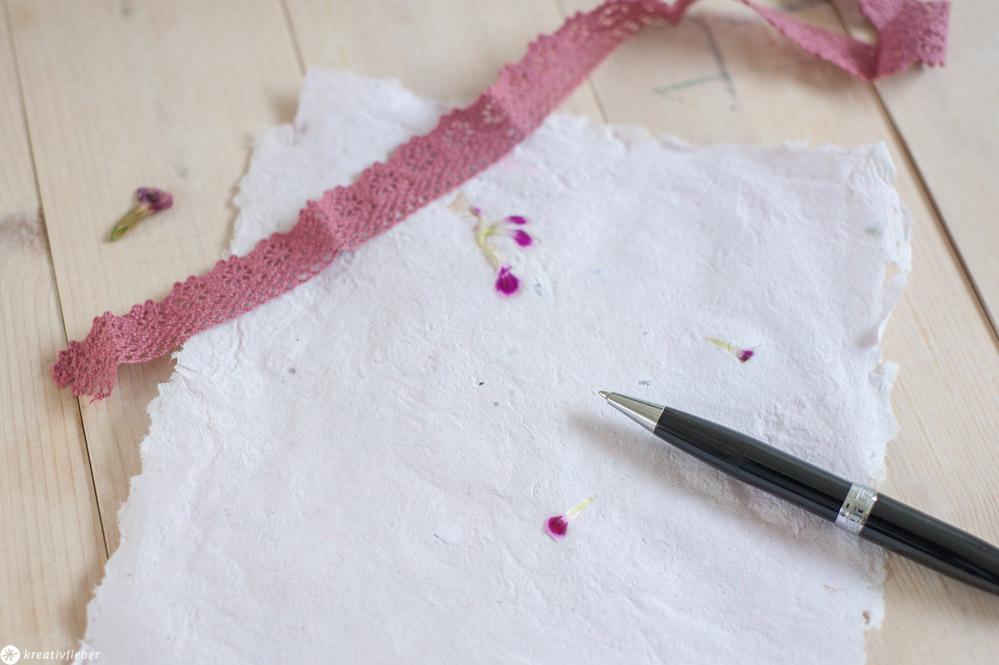 Anleitung Papier mit Blüten Selbermachen