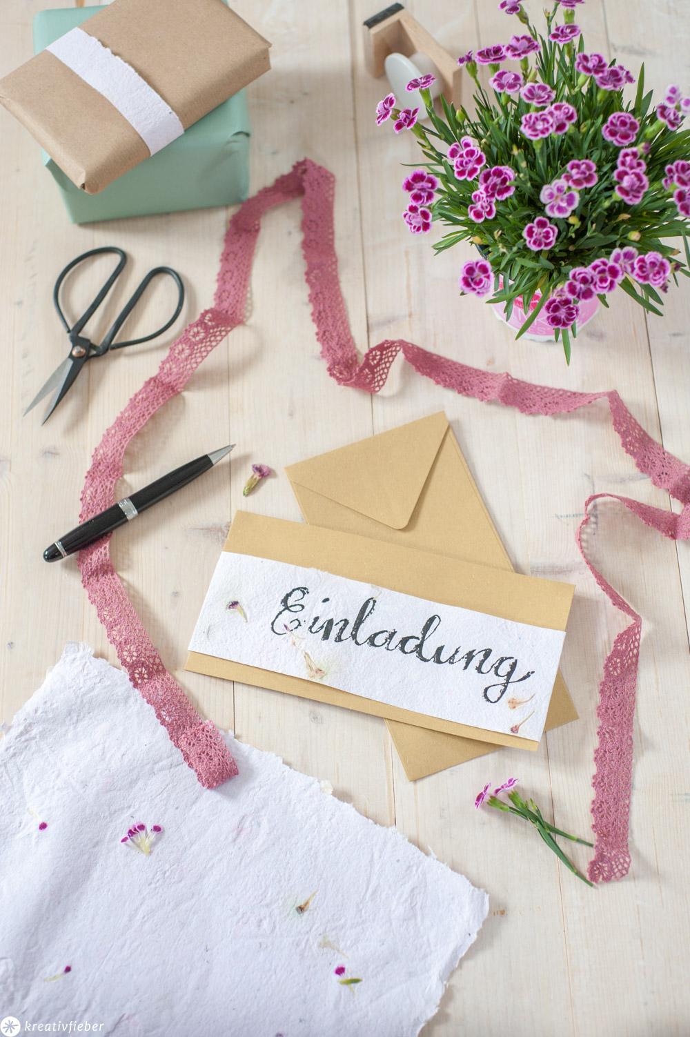 DIY Papier schöpfen Anleitung mit gepressten Blüten Einladungen DIY