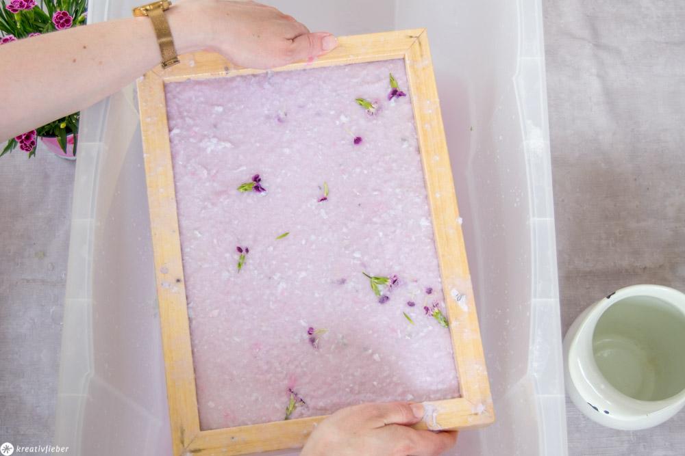 Papier mit Blüten schöpfen Papier recyclen