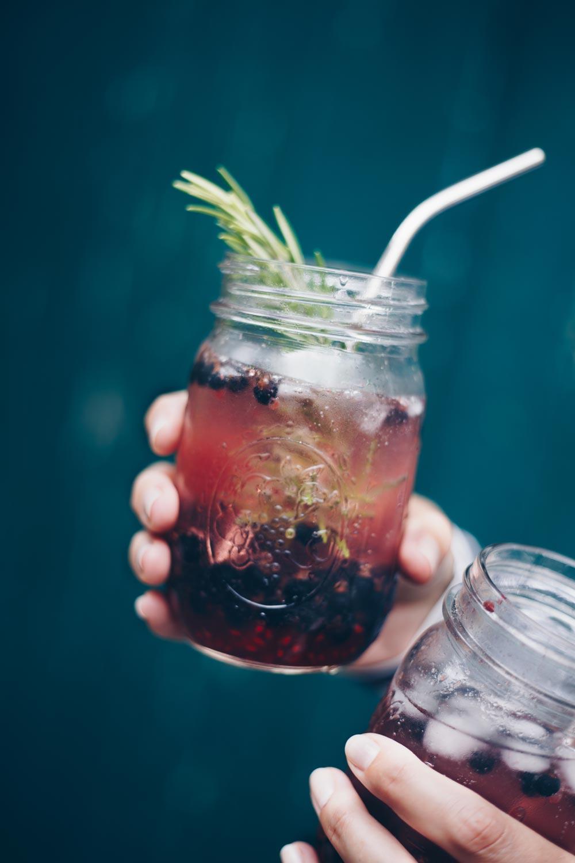Alkoholfreier Sommerdrink mit schwarzen Johannisbeeren und Shrub