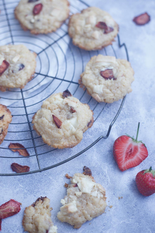 Erdbeer Cookies mit weißer Schokolade und gedörrten Erdbeeren backen