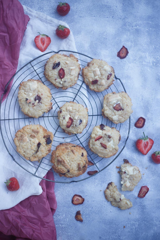 Erdbeer Cookies mit weißer Schokolade und gedörrten Erdbeeren