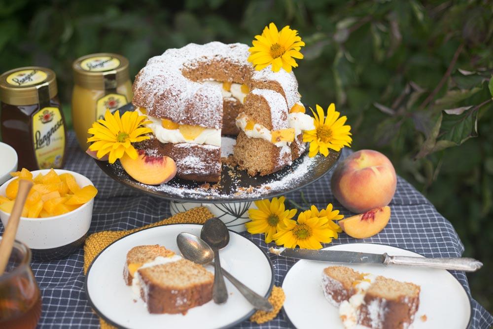 Unser Honigkuchen für die ganze Familie mit Pfirsichen und Mascarponecreme - backen mit Kindern