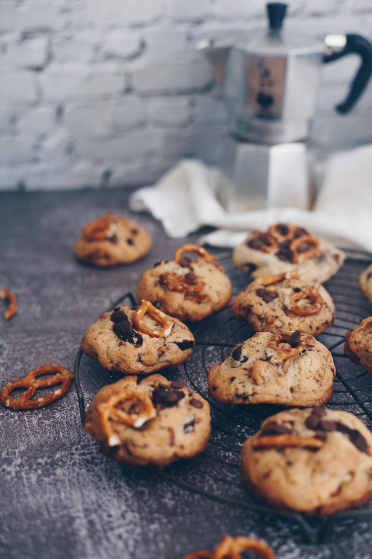 Chocolate Chip Cookies mit Brezeln backen mit Steinwand