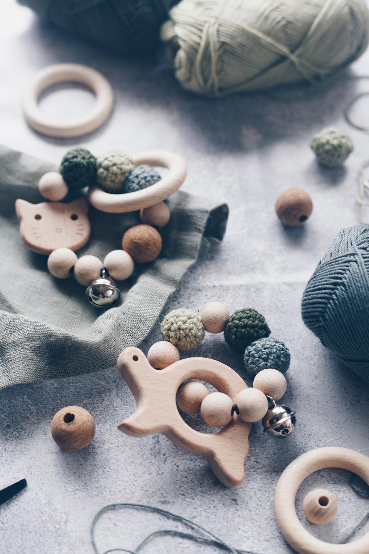 DIY Greifling aus Holz mit umhäkelten Holzperlen selbermachen - Geschenkidee zur Geburt