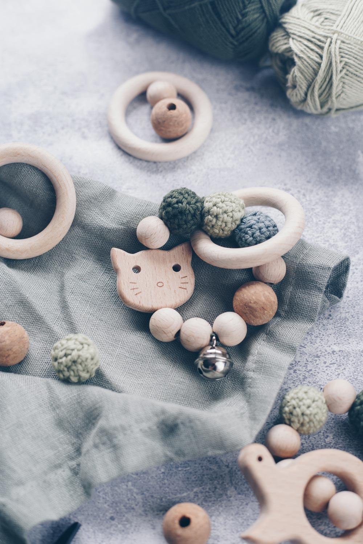 DIY Greifling aus Holz mit umhäkelten Holzperlen selbermachen