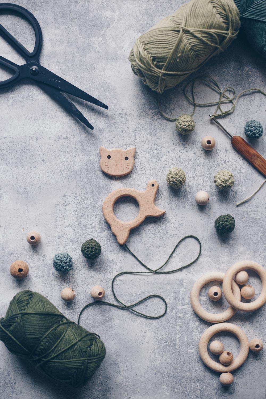 Greifling mit umhäkelten Holzperlen Material